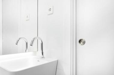 Detalle de uno de los nuevos cuartos de baño de la Residència Nazaret de Malgrat de Mar