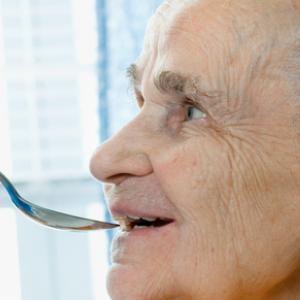 La disfàgia o els problemes de deglució en persones grans (II): recomanacions dietètiques